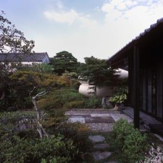 外観/完成した住居は、古くからある庭や蔵と見事に調和。今回の建て替えで家屋の場所を移動させ、広さも1.5倍ほど増やしたたため、庭の植栽の配置にも少し手を入れている