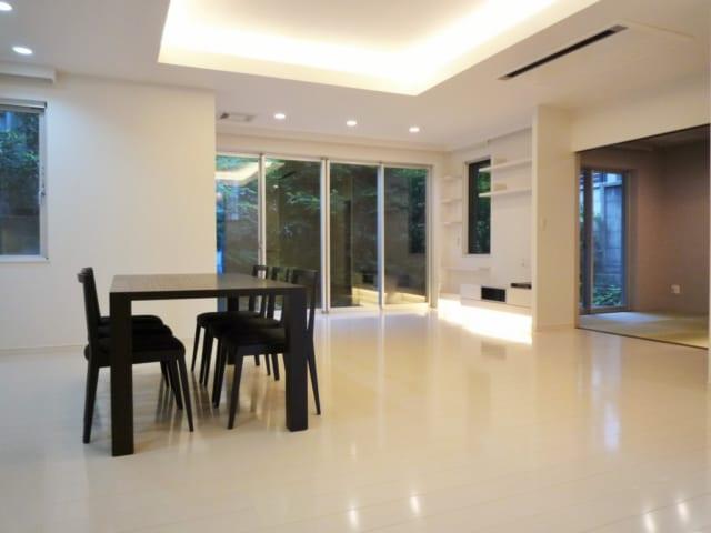 ホームパーティも開く1階のLDKはゆったり広くとられている。キッチンはカウンターと大容量のスライド収納を壁面にレイアウトし、スペース効率を上げた。カッシーナのダイニングセットは酒井さんがS様とショールームを巡ってセレクト