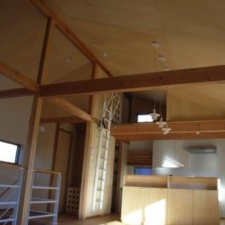 キッチンの上部にロフトを設け、より多くの収納スペースを確保。