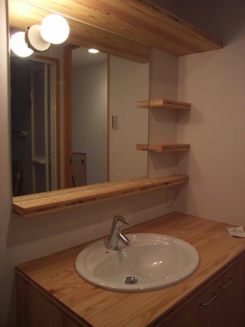 洗面台。素材感のあるスギの集成材を採用。手作りの温もりが伝わってくる。