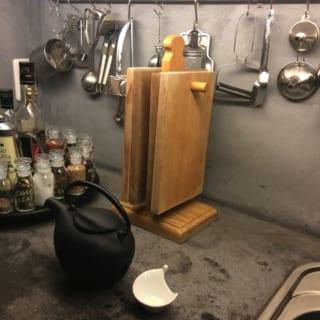 """キッチン2/料理によく登場するスパイスやオイル類は回転式のトレイに載せて。使い込むことによって生じたモルタル天板の傷や黒ずみも、""""味""""としてキッチンの雰囲気に溶け込んでいる"""