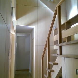 この家のコンセプトが表れている階段室。天井まで吹き抜けになっていて、家全体の換気の役割も担っている。