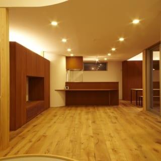 建物自体は直線的なデザインなので、部屋のなかは曲線をつかって優しい印象に仕上げた。2階の廊下やキッチン脇の食品庫の壁も丸くカーブしている