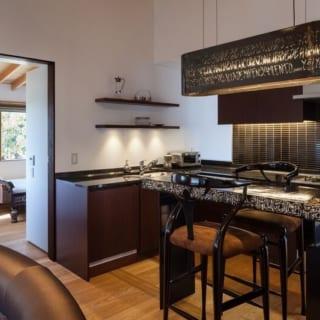 ダイニングの照明もそのアーティストのもの。キッチンはアーテキスト作品に合うデザインを渡辺さんから提案。