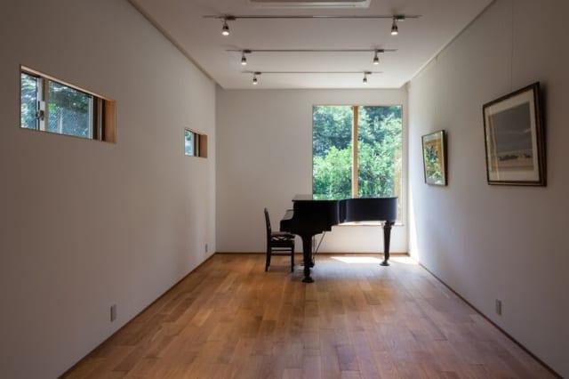 家の中心になっている音楽室。南側の窓には、庭の緑が広がる