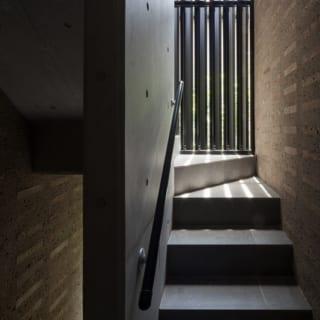 オーナー邸への階段室/建物の南端にある、2階のオーナー邸への専用階段。写真左の道路側は外壁で覆われている