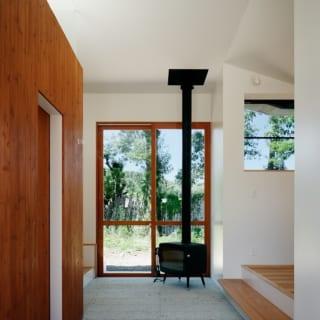 玄関土間には薪ストーブを設置した。メインのLDKにあがる階段がちょうど腰掛けのようになっており、ついでの立ち話のつもりが話し込んでしまうことも
