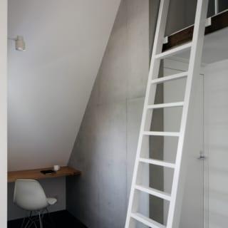 最上階で斜めに切り取られるスペースも、こもれる空間として前向きに活用。