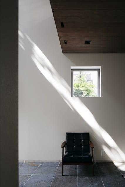 1階 土間 ピクチャーウインドー/白壁に映る木の葉の影は、大きなキャンバスに描かれた絵画のよう。小さなピクチャーウインドーからのぞく緑も楽しい