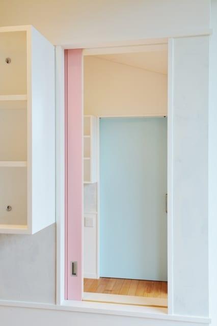 引き戸の扉の色は、それぞれ部屋を使う子が好きな色を選んだ。開けているときは、戸袋に扉が隠れて自分で選んだ色は見えない
