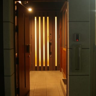 内玄関/通りに面した外玄関を開けると細長いアプローチが。その奥には内玄関があり、ここが2階、3階の自宅へのエントランスとなる