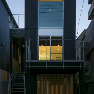 全体がスクエアな印象の中、2Fの玄関につながる鉄骨階段の曲線が柔らかな雰囲気を加える