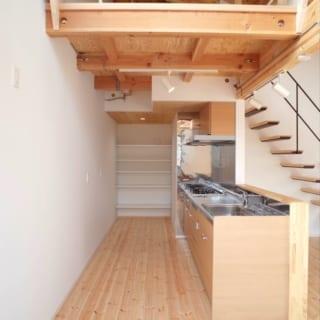 シンプルで使いやすいキッチン。奥には収納スペースがたっぷり
