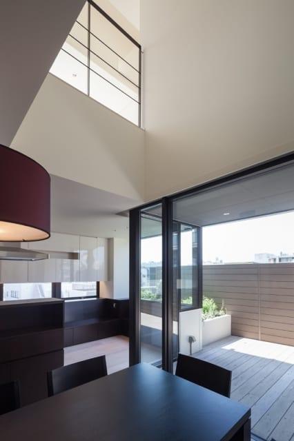 住居部分には前面を覆う壁はなく、柔らかな日差しが差し込む吹き抜けの明るい空間