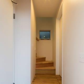 1階 自宅玄関/玄関を入ると正面に階段。写真左手は店舗への内扉。写真右には書斎がある