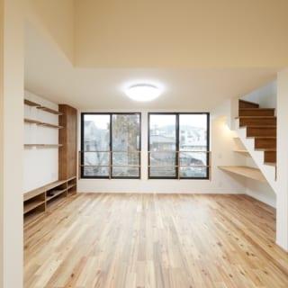 3階LDK ダイニング~リビング/キッチンからはダイニング、リビングを一望できる。写真奥の大きな窓の向こうは桜並木。写真右の階段は室内物干しスペースとルーフバルコニーに続く。3階はキッチンと洗濯機置場があるので家事動線がとてもよい