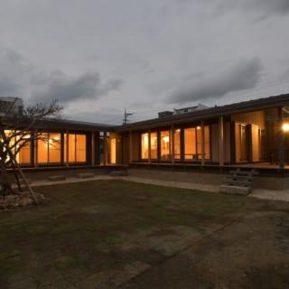 夜の外観/どちら側からでも双方の棟が見えるよう、庭を囲んでL字型になるよう設計