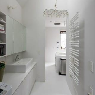 コンパクトな洗面スペースには物干やタオルドライヤーもついて機能的。ドアを閉めておけば、翌日には洗濯物もカラッと乾く。