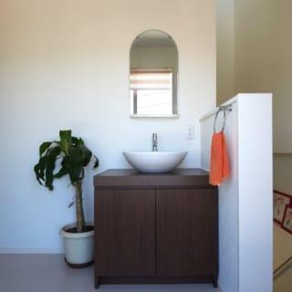 村上さんの提案で2階にも洗面をつけることに。子どもも増えたので、将来的には下の洗面室と使い分ければ、生活ストレスがかからない。陸屋根の向かいにあるので、家庭菜園をすることになったら、ここから水遣りをすることもできる。