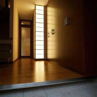 玄関でゲストをもてなす行灯照明で暖かく迎える