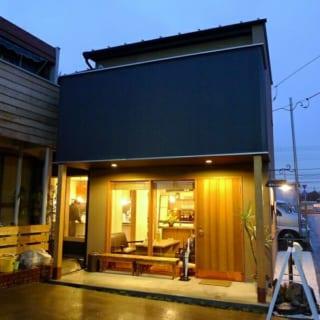 外観/店舗の入り口となる南西は大きな窓を設けて開放的なイメージに
