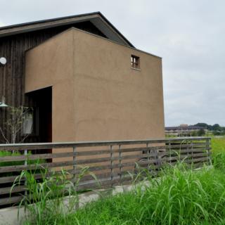 1階 玄関ポーチ/玄関のドアを覆うように作られたポーチは、内部に収納スペースが設置されている。また、上部は2階のルーフバルコニーを兼ねており、実用的にも考えられた造りになっている
