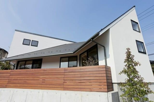 外観/張り出した屋根が家の中にいる人を包み込んでくれる。「風が通るように、屋根を含む躯体の中には通気層が入っています。暑さ寒さをしのぐパッシブ的な要素のほかに、結露防止の効果もあるので建物の寿命も延びます」とは古市さん談
