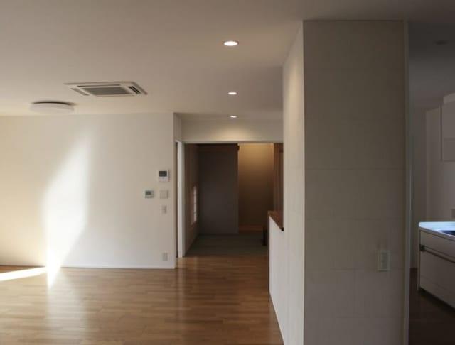 1階のリビングから和室側を見たところ。以前の家よりも明るくなった。