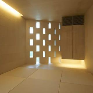 和室やベッドルームは石壁で囲まれており、昼には陽光が差し夜には生活の光が零れだす。和室の壁と天井には和紙を使用しており、温かみと落ち着きを演出し、素材感を楽しめるように配慮されている。ゲストルームとしても利用可能な和室は、坪庭に面しており、ここでも四季折々の自然の移ろいを感じることができる。