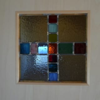 奥さまお手製のステンドグラスを2階の洗面所と納戸の扉に。