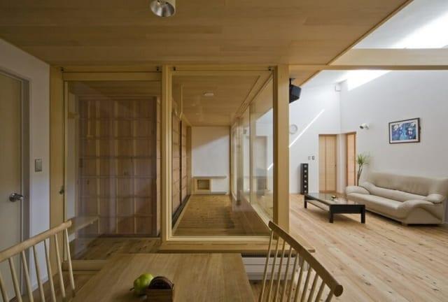 【写真】縁側のアウトサイドの雨戸を閉めると、一気に室内的な空間に。雨戸は木製で造作し、自然素材を使った内装の雰囲気と合わせている