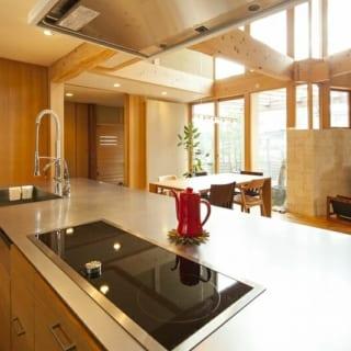 キッチン/奥様の要望により収納を備えたキッチンは、岩間さんがしつらえたもの。後ろにはトールキャビネットも備えている