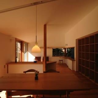 ダイニング~リビング/天井には吸音性、吸湿性の高い越前和紙を使用。はっ水、防汚効果もある。床板は徳島産の杉板を入れ、床暖房を導入している