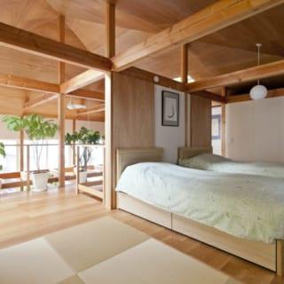 鴨居の上には壁をつくらず、1階から2階まで大きなワンルームのようになっている。寝室の隣の畳スペースは着物の着付けのためのスペース。