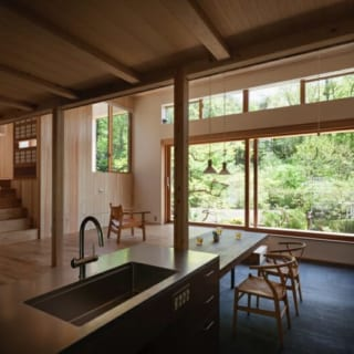 土間には基礎コンクリートを活用した蓄熱式床暖房を採用。冬もローコストで家全体を暖める。