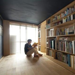 小上がりの板の間は、こうして座って過ごすのに最適。ここに布団を敷いて寝ることも出来る
