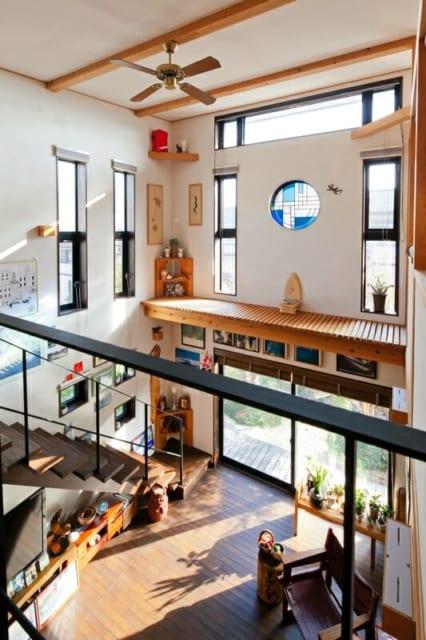 2階吹き抜け/窓が多く光に満ちた吹き抜け空間。南面に設置されたステンドグラスは、久保田さんとKさん、作家さんの三者で、デザインを共に考え、色を選んで創りあげた。窓掃除用にキャットウォークも設置されている