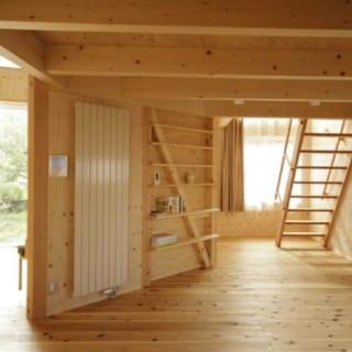 斜めの壁の裏側は主寝室。壁の半分には放射暖房を設置し、もう半分は構造を露出しながら本棚にしている。Oさんの蔵書のサイズに合わせ、A4や単行本がぴったりと収まる高さに棚板を設置した