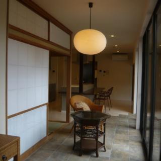 """キッチンと同じ空間にありながら、床の素材を変えることで用途が広がった広縁部分。客間に隣接するため、庭を眺めながら""""おもてなしの場""""としても利用できる。"""