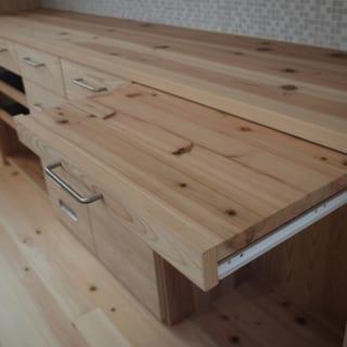 1階 キッチン造作家具/床はヒノキ、ほとんどの建具や造り付けの家具はスギを使用。いずれも地元・埼玉のときがわ町のものだ。キッチンの食器棚は、スライド部分までスギでつくり込んである