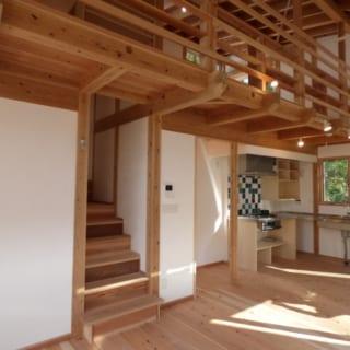 階段~2階部分/せり出した2階の床部分は、そのまま1階の天井にもなっている。「2階の床と1階の天井を兼ねる板には、幅220mm、厚さ30mmの杉を使いました。懇意にしている材木屋さんがあるからこそ、こういった上質な建材が手に入ります」
