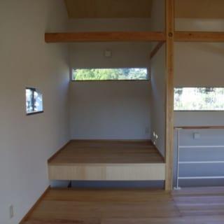 リビングの一角に「ちょこっとスペース」と称して小上がりの多目的室を設置。ものを散らかしたり一人になったりすることができ、落ち着く空間に仕上げた