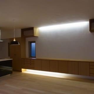 リビング収納の下方にあえてスペースを設け、ダウンライトを設置。薄暗い空間にしても足元が安心。