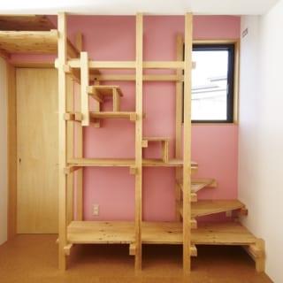 アトリエの壁はピンク。実は、Hさんの好みは女性的なのだとか。ロフトへつながる階段は渡辺さんの発案で、収納も兼ねたユニークなものに