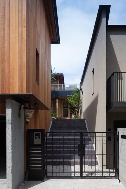外観 中庭への階段/道路から見えるこの階段の先には、緑あふれる中庭が広がる。全7戸の賃貸住戸のうち6戸はエントランスが中庭に面している。残りの1戸のエントランスは建物北側の道路に面しており、いずれもオーナー邸への動線とかぶらない