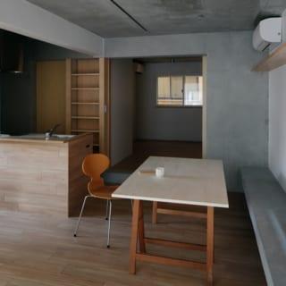 キッチンの側面にはフローリングと同じ木材を張り、デザイン性の高いレンジフードを選んだ。標準的なキッチンそのままでなく、ひと手間かけたことで部屋との調和が増した。