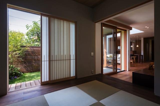 和室/前室の奥は高さを上げ、「離れ感」を演出した和室。畳を囲むように深い色あいのブラックウォールナットの床板を敷き、廊下と床板の色を変えることでさらにメリハリをつけた