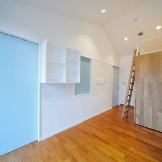 壁に付けられた棚は、自由に場所をカスタマイズできる。また、斜めの天井は、もとの大部屋のときの名残。斜めにすることで天井が高くなっている。