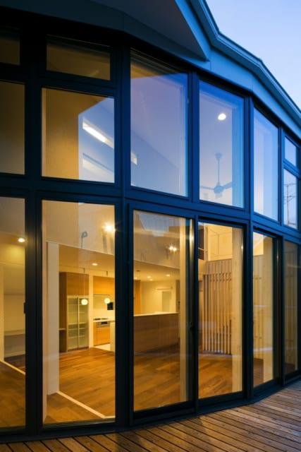 2階のデッキはリビングと床レベルを合わせ、フラットに使える。お天気のいい日はここで食事することも