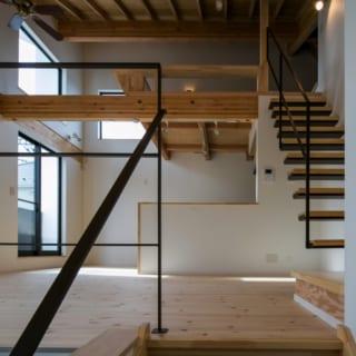 手に触れる部分には手触りのよい建材を使用。手すりや階段に使ったブラックの鉄骨はリビングのアクセントに